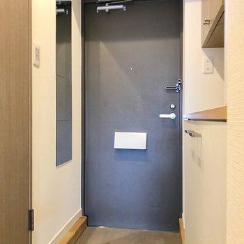 玄関周りはゆったり。壁についた姿見も新しく取り付けたものです。