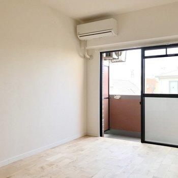 エアコンも新品で快適!窓際にベッドを置きたい。