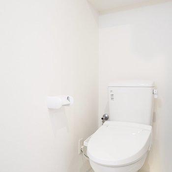 ウォシュレットつき! 洗面所にあります。