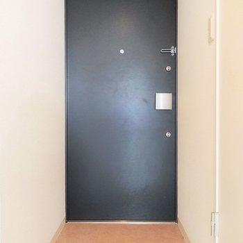こちら玄関。靴箱がないのがネックかも。※写真は7階の反転間取り別部屋のものです