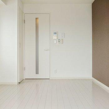 かわいらしい白が基調のお部屋。※写真は7階の反転間取り別部屋のものです