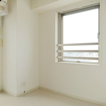 反対側にも窓。小窓なのに大きいんです。※写真は7階の反転間取り別部屋のものです