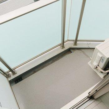 コンパクトなバルコニーです。※写真は7階の反転間取り別部屋のものです