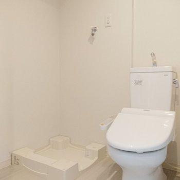 トイレと洗濯機置き場は隣りあわせです。※写真は7階の反転間取り別部屋のものです