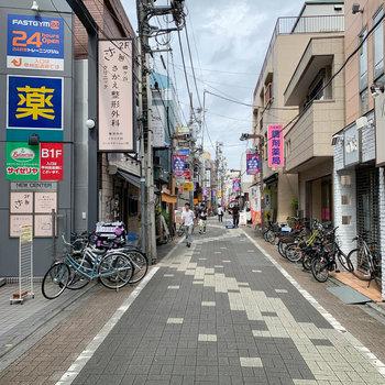 お部屋の近くには6号通り商店街があります。