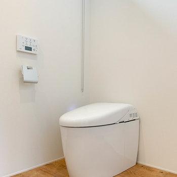 丸いフォルムの可愛いタンンクレストイレです。