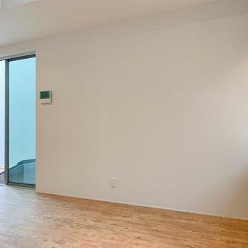 【下階】クルッと振り向いて。左側にバルコニーへ続く大きな窓があります。