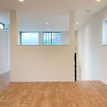 【上階】】奥から見ると。壁に適度に空きを作り、空気が循環する作りです。