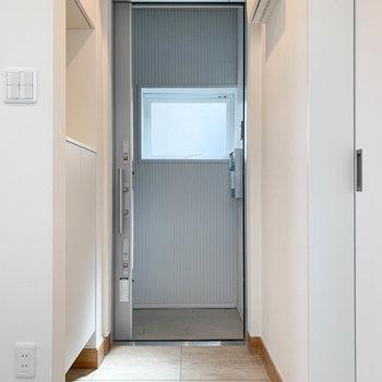 玄関扉は引き戸タイプです。