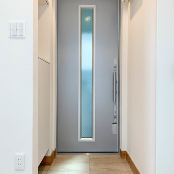 キッチンの右側に玄関があります。