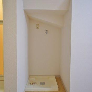 洗濯置場は階段下のスペース