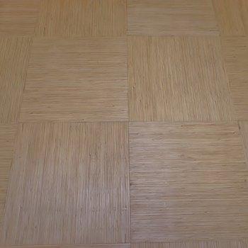 お風呂屋さんの床に使われてそうな床材、、、なかなか稀少!