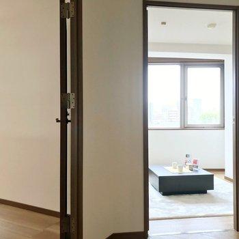 キッチンに行く扉の隣に8.1帖の洋室。(※写真の家具・小物は見本です)