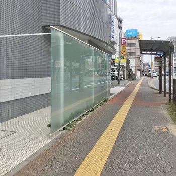 エントランスの前には「荒江四角」バス停!