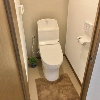 トイレも綺麗!ウォシュレット付きで快適です♩(※写真の小物は見本です)