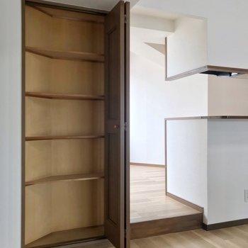 キッチンの隣にはこんな収納も。食器棚にちょうどいい◎