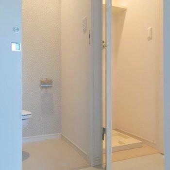 反対側にはトイレと、扉で隠せる洗濯機置場。