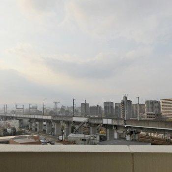 目の前には新幹線も走ります。窓を閉めたら音はあまり気になりません。