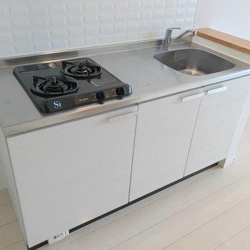 コンロの横に冷蔵庫を置けます。2口コンロでパパっとお料理しよう。