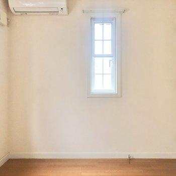 【洋室4.5帖】階段を上がって左のドアには4.5帖のお部屋が。
