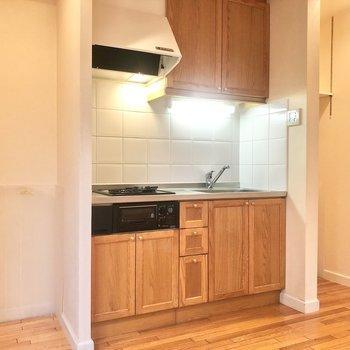 【DK】キッチンの左側に冷蔵庫、右に洗濯機を置きましょう。