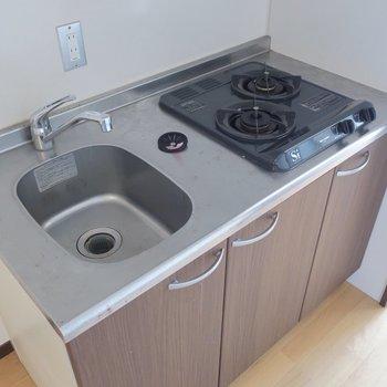 シンクが小さいので洗い物はこまめにしましょう(※写真は11階の反転間取り別部屋、清掃前のものです)