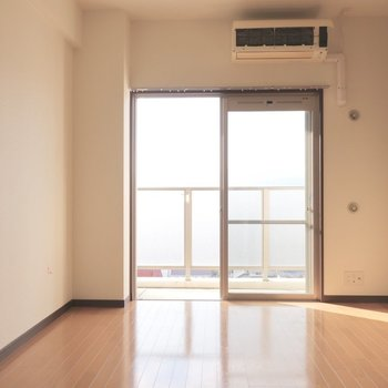 光も十分に入ります(※写真は11階の反転間取り別部屋、清掃前のものです)