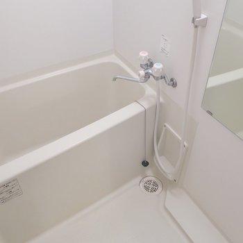 浴室は割とゆったりめ(※写真は11階の反転間取り別部屋、清掃前のものです)