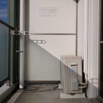 バルコニーはワイドなタイプ(※写真は11階の反転間取り別部屋、清掃前のものです)