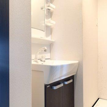脱衣所は狭めになるけど洗面台は独立です◎(※写真は清掃前のものです)