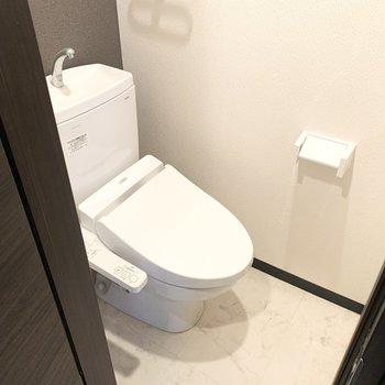 トイレはウォシュレット付き(※写真は清掃前のものです)