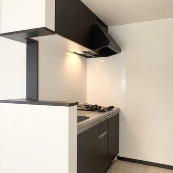 右奥に冷蔵庫置き場(※写真は清掃前のものです)