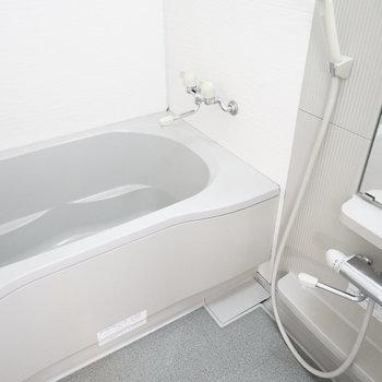 お風呂は広めなので、足を伸ばしてのんびり。