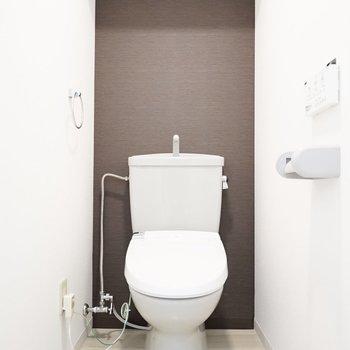 茶色のアクセントクロスが文字通りお茶めなトイレ。