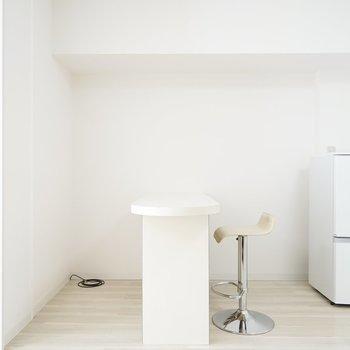 キッチン横にはカウンターテーブルが。クロスを引けば部屋にアクセントを与えられます。