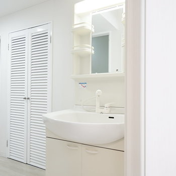 洗面台は廊下にあります。 脱衣所もないので、マットを敷くなど対策を。