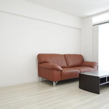 8帖のLDKにはソファとローテーブルは備え付き!あとは背の高い観葉植物でも添えて。