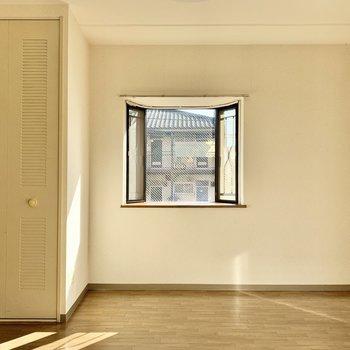【洋室】こちらの窓が西向き。穏やかな光が差し込みます。