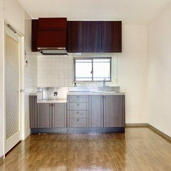 【DK】冷蔵庫はキッチンの右側にどうぞ。