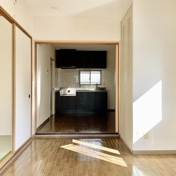 【洋室】中央には2~3人掛けのソファが置けそうかな。