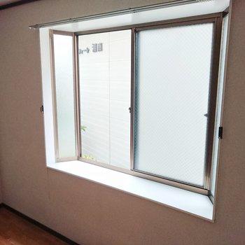 【西側洋室】こちらにも出窓。