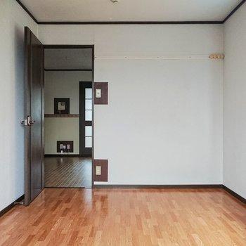 【西側洋室】東側の洋室とは、また表情が違いますね。