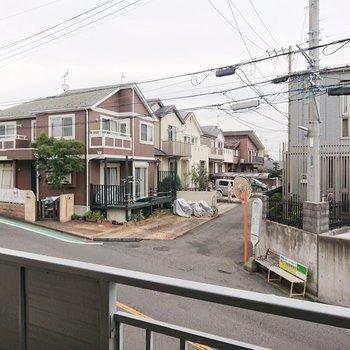 正面は住宅街ですね。バス停も見えます。