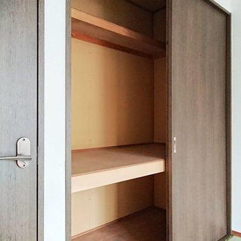 【東側和室】大容量の収納は3段になっていて、使い勝手がよさそうですよ。