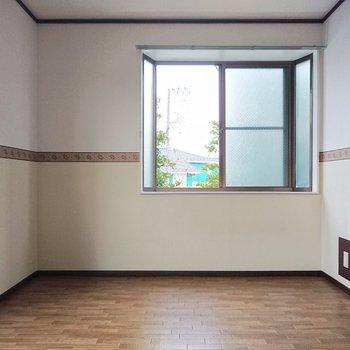 【東洋室】壁紙に柄があるので、それを活かしたインテリアを置くとよさそう。