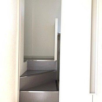 玄関入った正面、小上がりをのぼってトイレと洗面所なので足元ご注意