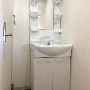 トイレは左手、明るい洗面所と脱衣所