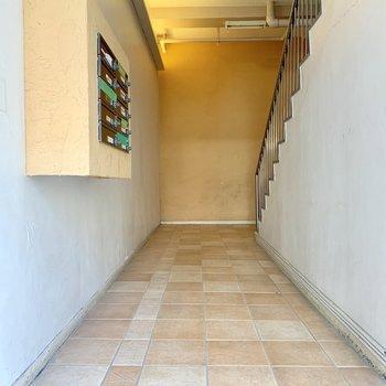 2階に美容室が入っているなど、一般の人も入ってくるエントランス。