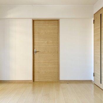 正面の扉の奥は洋室。