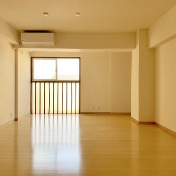洋室にエアコン付いてます。